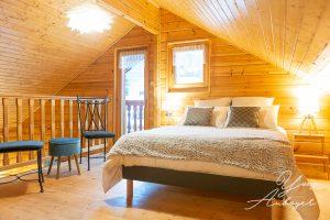 Chambre avec balcon dans chalet