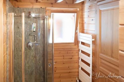 La salle de bain du RDC et sa douche en granit