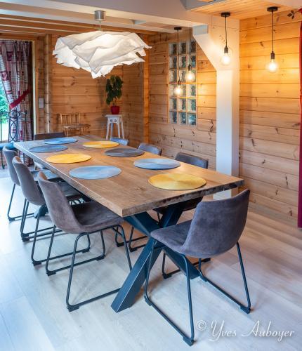 La salle à manger du chalet et sa grande table en chêne