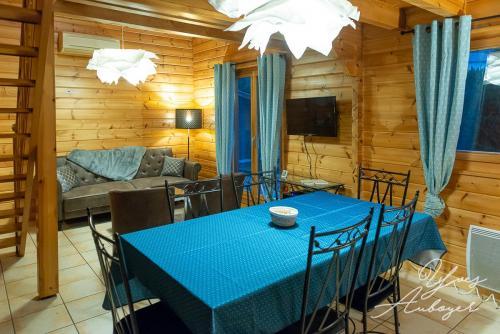 La salle à manger et le salon du chalet