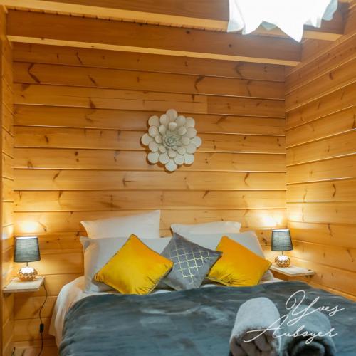 Chambre du rez-de-chaussée, nombreux oreillers et coussins pour une ambiance cocooning