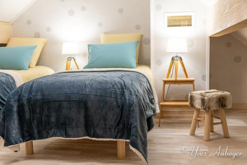 La chambre sous mansarde et ses deux lits simples