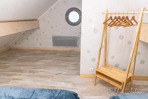 La chambre sous mansarde à l'étage : espaces de rangement